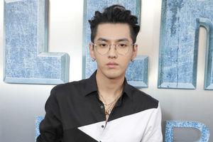 吴亦凡现身《星际特工》全球首映 黑白拼接衬衫复古眼镜扮潮