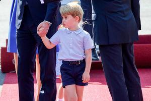 威廉王子携家人抵德国访问 乔治小王子低头闷闷不乐