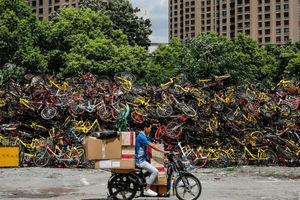 """单车围城""""寸步难行"""" 叹共享经济之殇五颜六色却泛滥成灾"""
