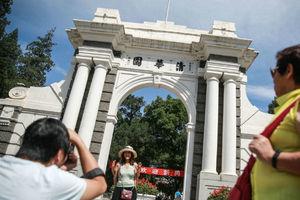 """清华大学百年校门遭游客刻字 除了""""皇上我来了""""还有许多签名"""