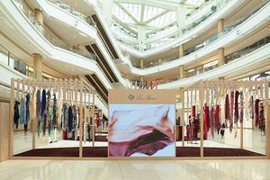 """Loro Piana入驻上海奢华地标恒隆广场一层 以""""织就卓越""""手工艺展,致敬匠心工艺与创新精神"""