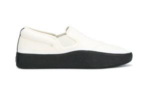 適合辦公室穿著的又穩又重的小白鞋