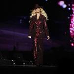 Beyonce身着Roberto Cavalli高定礼服亮相...