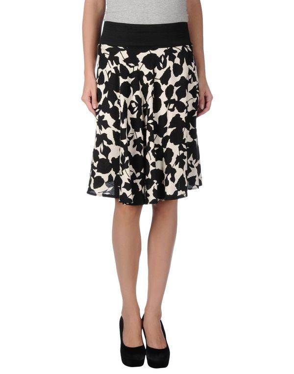 白色 KAOS 及膝半裙