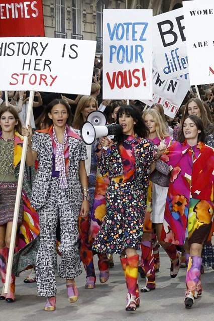 Chanel秀场女权游行背后的故事