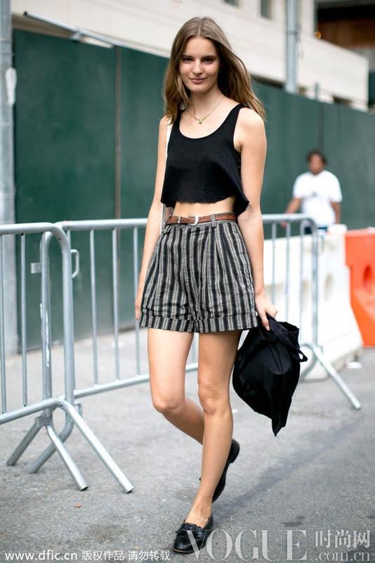 短裤正当红 12款街拍造型解读穿搭