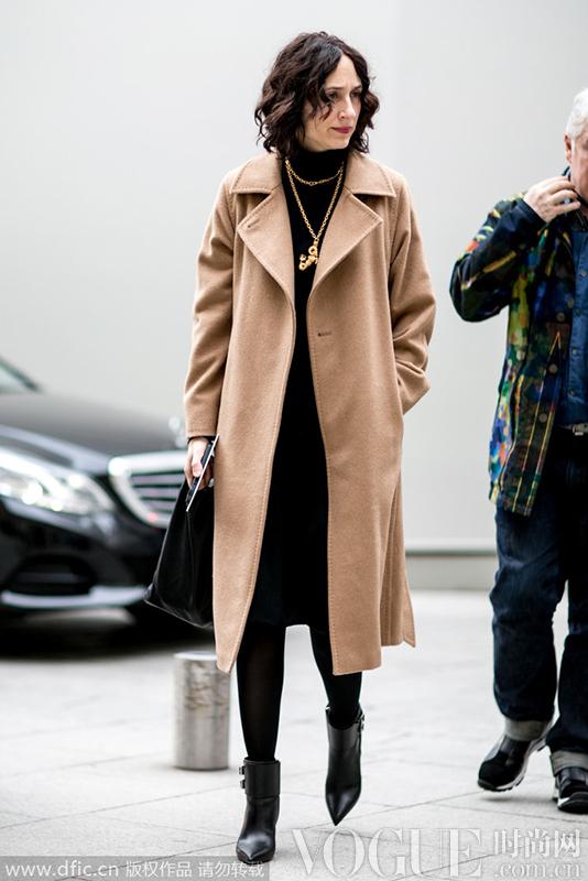 冬季基本款驼色大衣显气场
