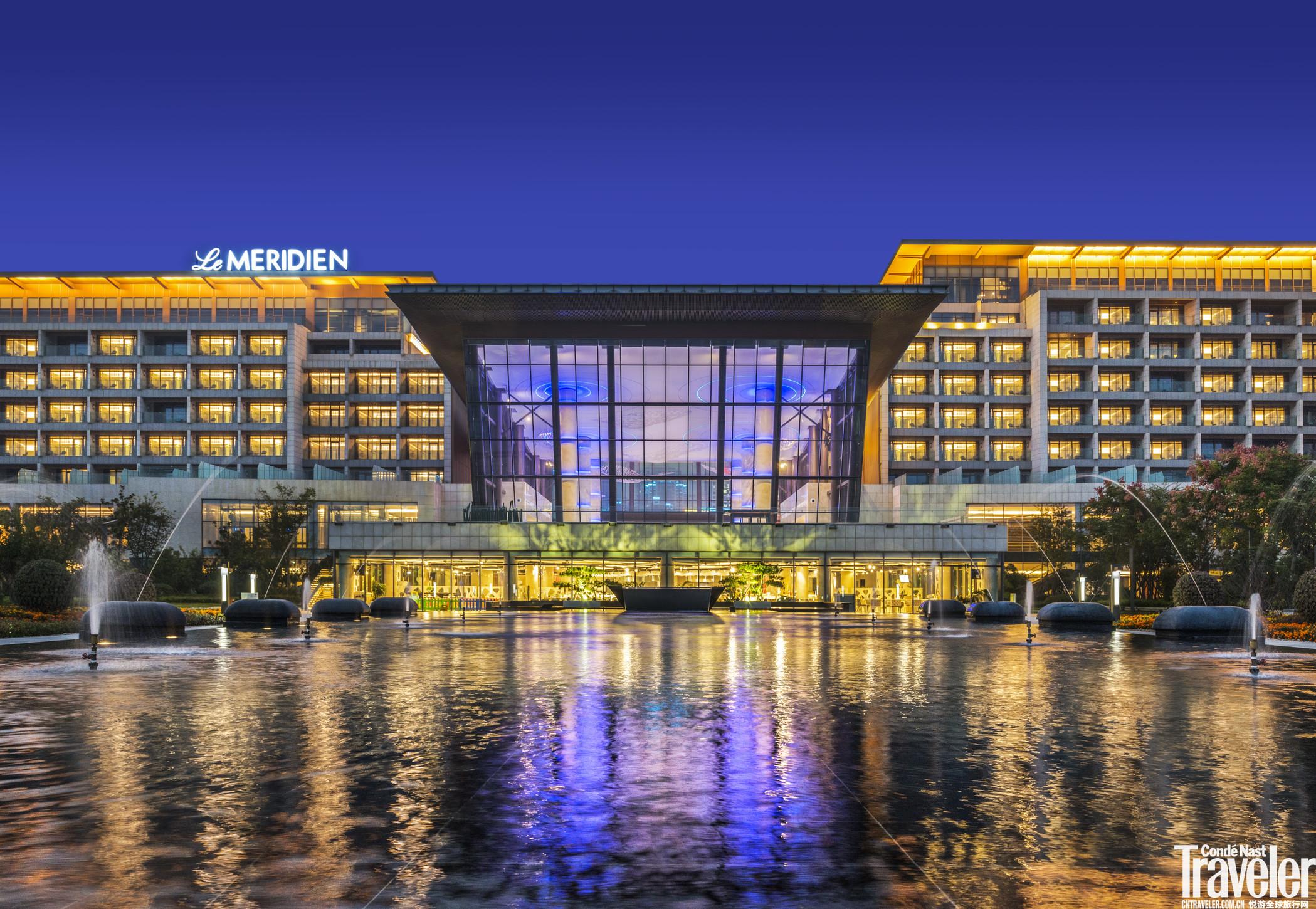 酒店拥有218间客房和套房,可饱览洁白沙滩与碧蓝黄海的美景。房间选用独特的时尚家具与雅致装潢,并提供高速有线及无线网络连接。 在设施先进的健身俱乐部挥洒汗水,焕发身心活力。或前往酒店的两家餐厅,与好友或同事品尝美食,分享旅行见闻。在此开启一段全新的探索之旅。 优惠信息 即日起入住豪华客房:周日至周四人民币505元;周五、周六人民币606元;2017年1月27日至2月2日人民币777元。 目的地周边景点推荐 酒店所处的便捷位置可以轻松前往探索周边目的地,包括拥有金色细软沙滩和延绵山脉的灵山湾;以秀丽山景和