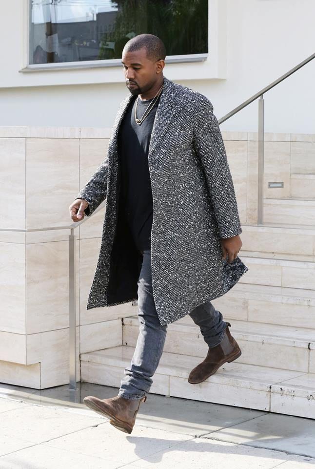 kanye west算是切尔西靴的死粉,搭配大衣的装扮有几分熟男感.