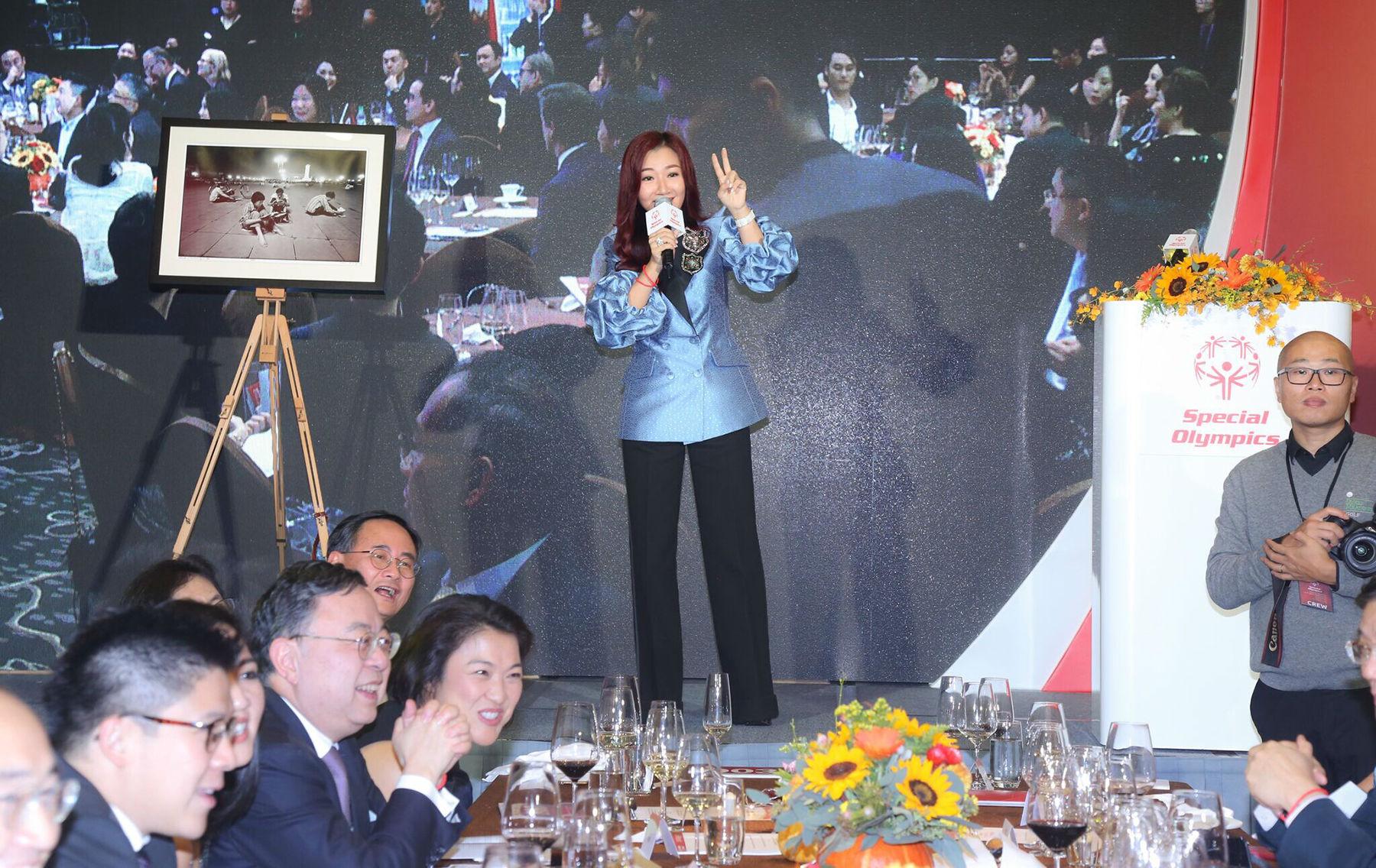 """周迅、""""晶刚夫妇""""等众多名人明星齐聚国际特奥会慈善筹款晚宴"""