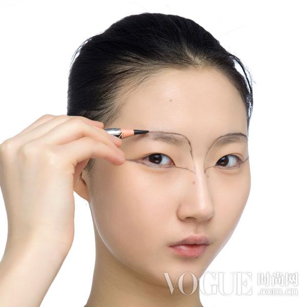 步骤一:先用眼线笔沿着眼周和眉毛的轮廓打出蕾丝