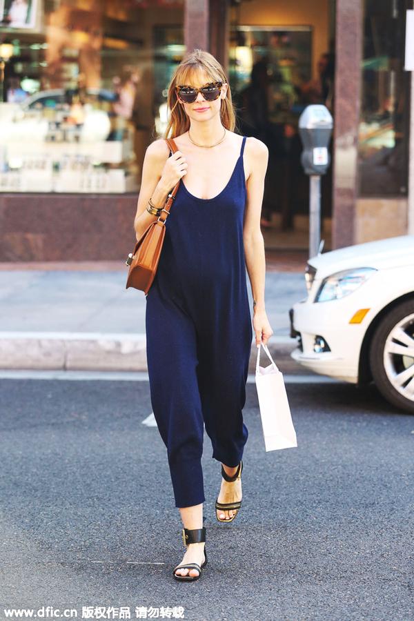 一字带平底凉鞋大面积裸露脚背,看上去十分清爽,搭配藏蓝色连体