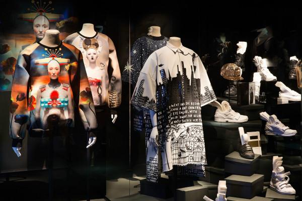 展出的当代街头风格服装,包括juun.