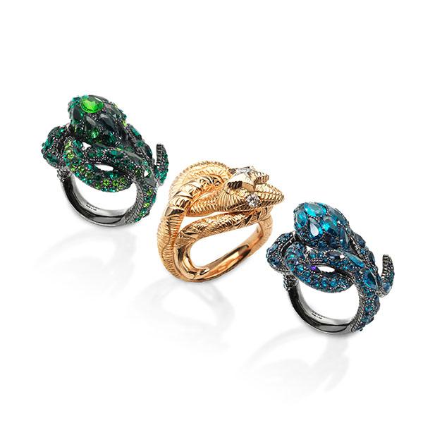 三款光彩夺目的蛇形戒指是该系列的锦上添花之作,戒指上密镶的白钻