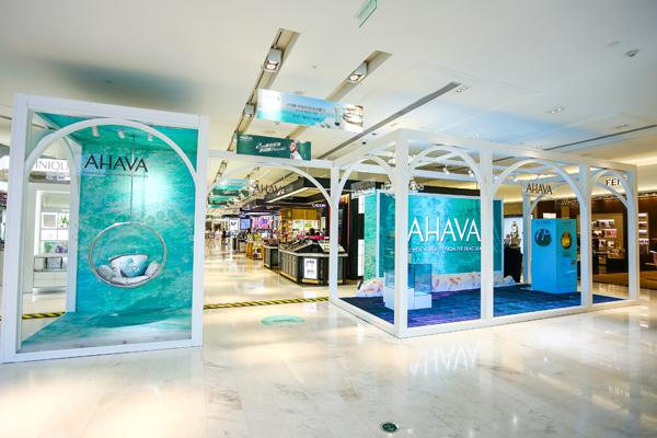 ahava品牌专柜沁爽清新的设计与老佛爷百货的独特时尚风格交相融合
