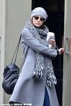 明星街拍:冬天最温暖的事,就是带上一顶绒线帽