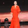 章子怡身着Tory Burch 2018早春系列橙色Stella连衣长裙