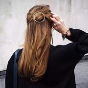 小长假出游比穿什么更重要的 是一个时髦且简单的发型!