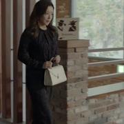 金喜善手拎 Valextra 经典 Iside 系列白色手袋 热播韩剧《有品位的她》中尽显优雅大气