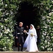 梅根·马克尔女士(Meghan Markle)身着 Givenchy Haute Couture by Clare Waight Keller 与哈里王子(Prince Harry)举行盛大皇室婚礼