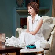 马伊俐身着Loro Piana春夏系列连衣裙参加《CCTV朗读者》节目录制