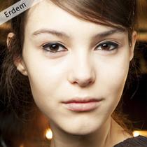 带着黑色眼线与发夹穿过2015秋冬Erdem喧闹的后台
