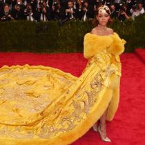 """蕾哈娜""""龙袍""""礼服背后的故事"""