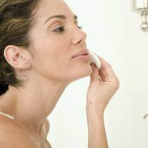 肌肤敏感长痘痘的时候该如何温和去角质?