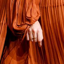 首饰还可以这样戴 一件连指手链的时髦-经典搭配&新奇玩法