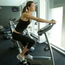 在健身房骑动感单车,姿势对了才有效