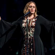 Adele穿着Chloé定制礼裙献声格拉斯顿伯里音乐节