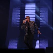 """R&B天王Usher身着 PORTS 1961登台""""Fashion Rocks"""""""