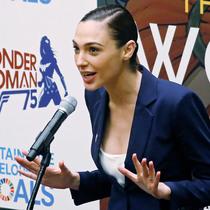 无所不能的神奇女侠:演得了喜剧片,当得了联合国大使