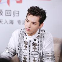 吴亦凡身穿宝姿Ports 1961 2017春夏系列衬衫出席电影《极限特工3》宣传