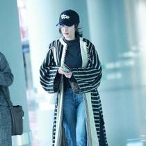 完美演绎摩登与少女的碰撞——杨幂身穿ETRO 2017春夏系列女装现身首都机场