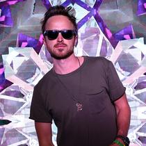 众星齐聚 Coachella(柯契拉)音乐节- H&M 为您打造超现实主义棕榈泉屋