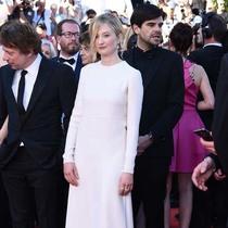 阿尔芭·洛瓦赫(Alba Rohrwacher)等明星穿着VALENTINO出席第70届戛纳电影节