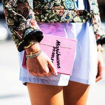 时髦的女人出门都不背包了,只拿手包 -新宠