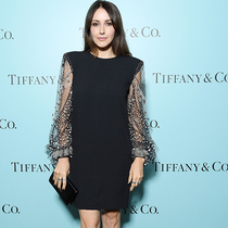 安妮塔 · 卡皮奥尼 (Anita Caprioli) 身着 Givenchy 出席电影《敬请稍后》 (Please Stand By) Tiffany & Co 晚宴