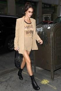 Bella Hadid的1990年代和2000年代時尚風格穿越指南-品牌新聞