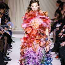 #SuzyLFW: Keeping The Feathers Flying-Suzy Menkes专栏