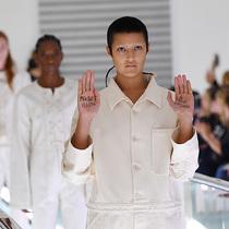 Gucci模特在2020年春夏系列秀場上提出有關精神健康的抗議-時尚圈