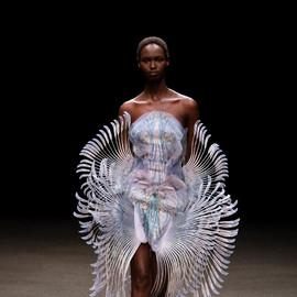 时尚界对于海洋的痴迷不仅限于潮流,也是在鼓励人们采取行动
