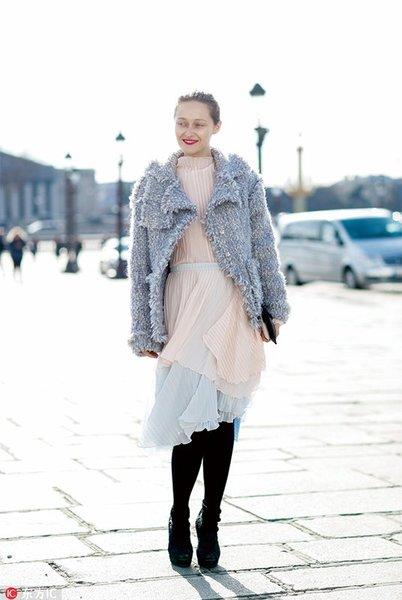 毛绒外套搭配上裸色系的薄纱裙