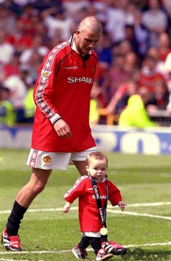 很少晒家庭照的小贝还翻出了2000年和儿子的一张合影,那时小贝还是一名曼联球员。