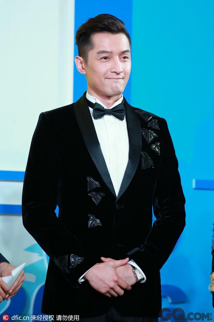 胡歌的气质之帅。胡歌的帅是从内而外散发出来的,一种男人成熟的味道,沉稳大气,中国式帅哥的最显著特征,帅气的外表,大男孩版爽朗的微笑,尤其是他的古装扮相多俊朗活泼,飘逸儒雅,属于英俊少年的典范,他既有着北方男人的豪爽,而在某些时刻,他又会显露出上海男人的细腻。