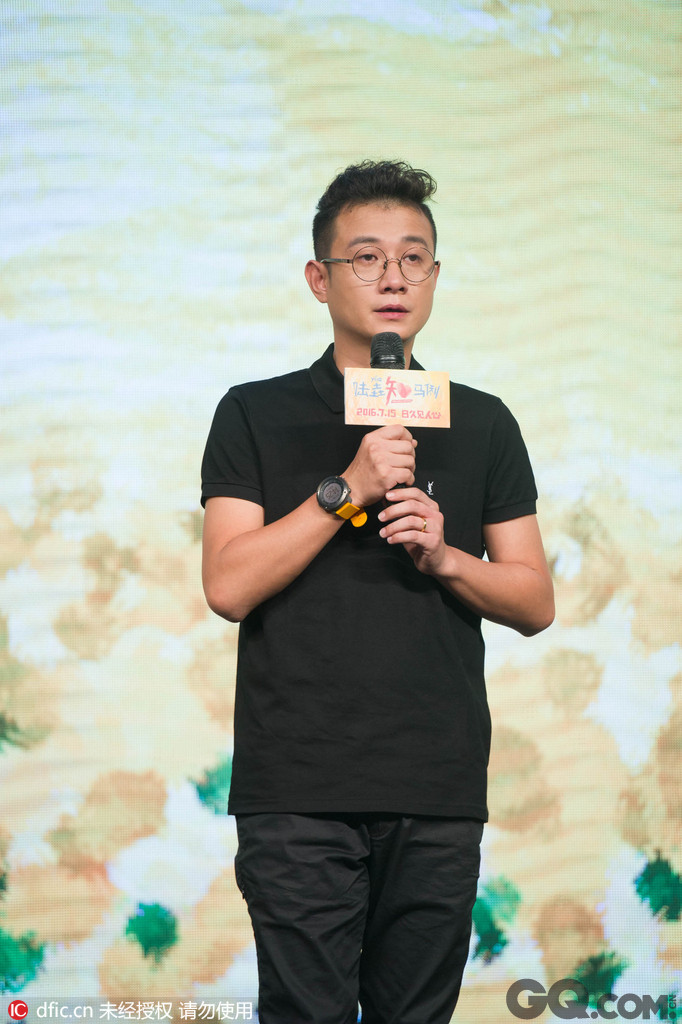 日前,电影《陆垚知马俐》在京举行首映式,导演文章一件黑色POLO衫和一件深色长裤亮相。相比从前的个性和不羁,戴着眼镜的文章更多了几分平和低调,这亦如他之前希望的状态,越低调越好。