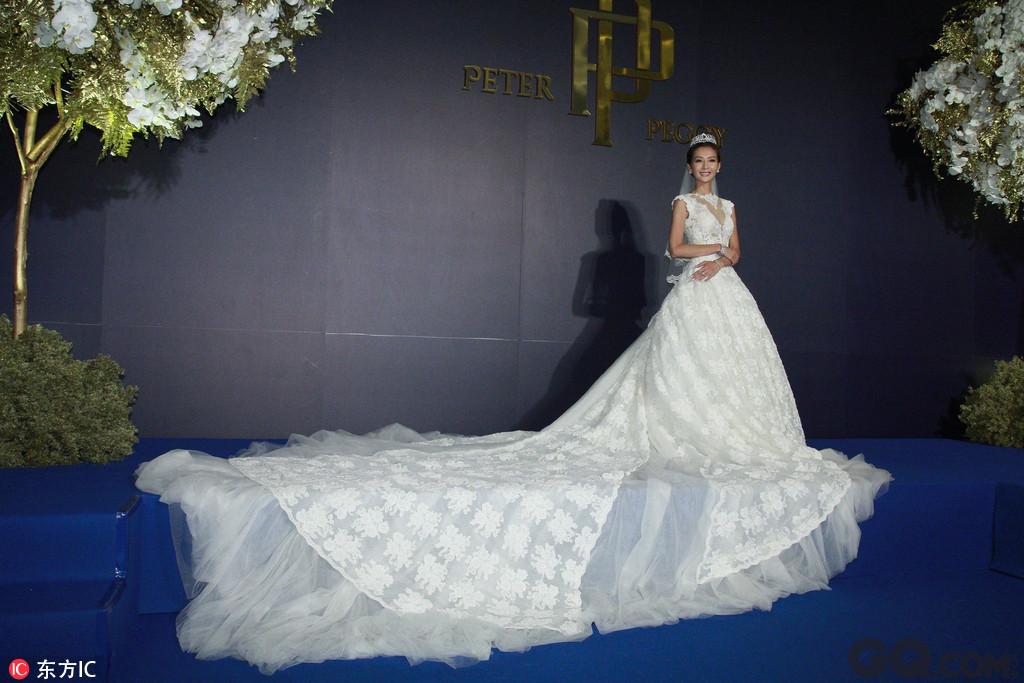 新娘是心灵手巧的设计师,据说当晚的伴手礼由其一手设计。婚礼现场还有新人的卡通人形立牌十分可爱。另外,据说新人的婚纱照是在内蒙古拍的,他们用了一星期的时间,开车里程长达3000公里,换了8套造型,花费100多万人民币。