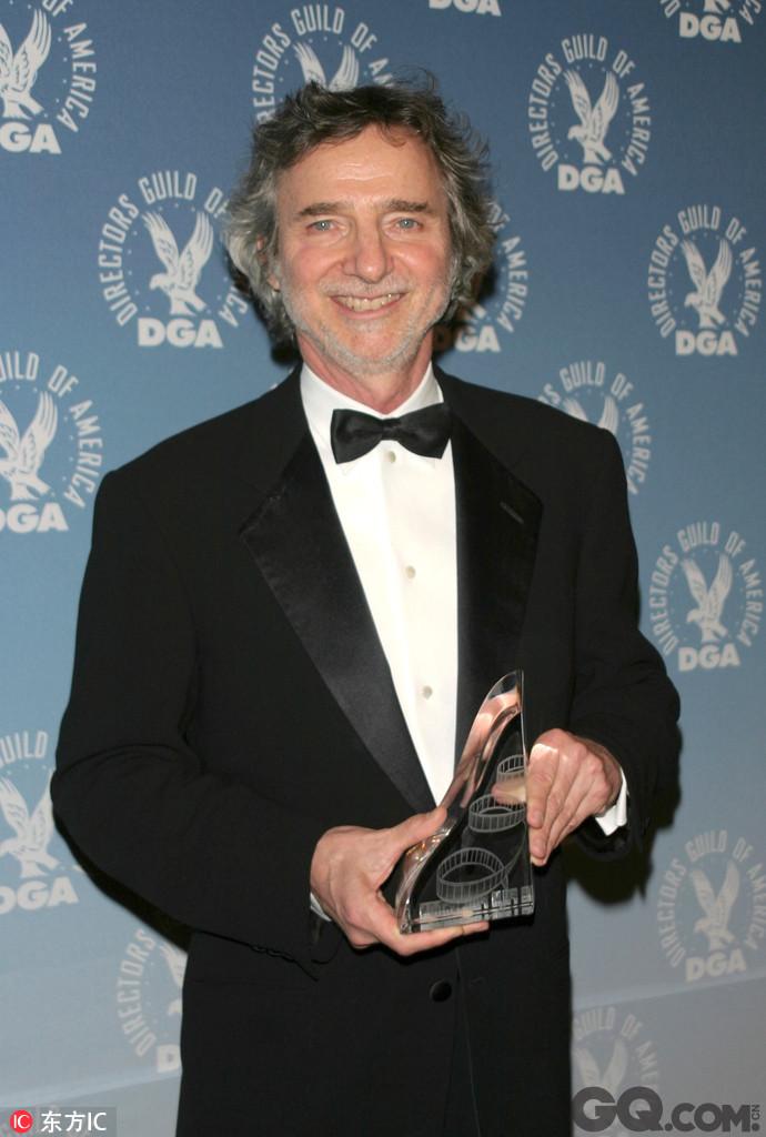 """曾参与执导和编剧《8英里》《洛城机密》《狼踪》等影片的柯蒂斯·汉森日前在好莱坞家中突发心脏病去世,享年71岁。柯蒂斯·汉森的事业在1998年达到顶峰,由他参与编剧和执导的《洛城机密》获得第70届奥斯卡金像奖最佳影片等三项""""重量级""""提名,并最终斩获最佳改编剧本奖,在凯文·史派西和罗素·克劳的演绎下《洛城机密》也成为警匪片中的经典。"""