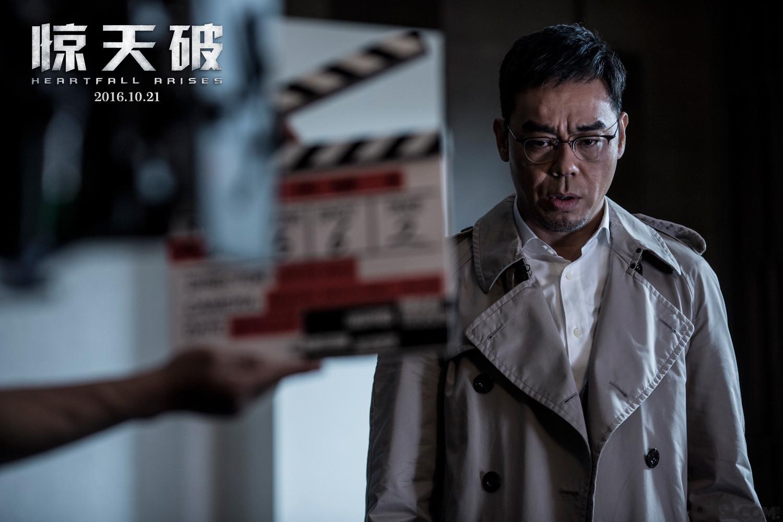 """刘青云饰演的角色车家伟是一个平易近人的犯罪心理学家。特辑中,黑马影帝敬业至极,一秒就能入戏,为了更加全面地诠释人物,他在每个不同的场合都贡献出了不一样的表演。除了在镜头前一丝不苟的认真态度外,刘青云也是片场气氛活跃的核心,时常""""挑眉放电"""",让人忍俊不禁。在两大主角初次相识自我介绍时,刘青云将更是将""""车家伟""""口误成TVB小生""""马浚伟"""",片场人员直接爆笑NG。"""